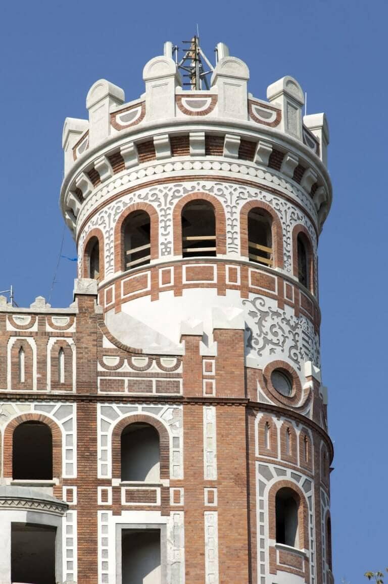 Napsugaras tornyok építésze